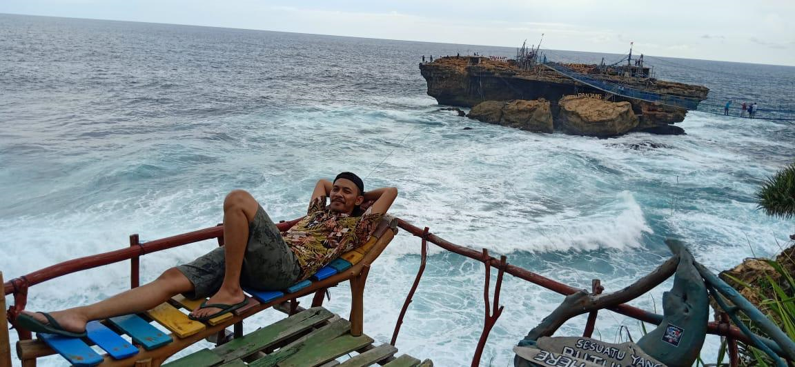 Panorama Alam Pantai Timang Yogyakarta